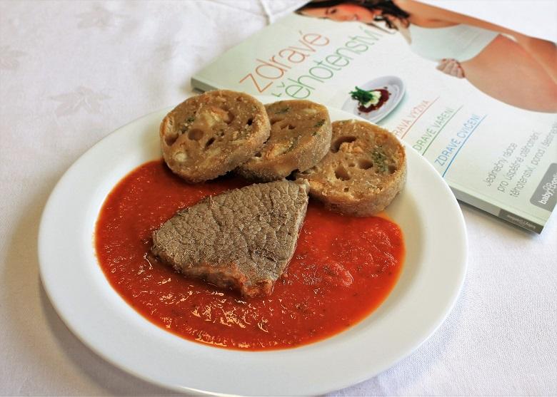 Rajská omáčka z čerstvých rajčat s vařeným hovězím masem a hrnkovým celozrnným knedlíkem