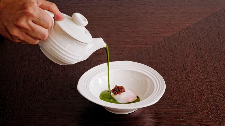 Polévka: kopřiva, vejce vařené 2 hodiny v 63 °C, místní pancetta