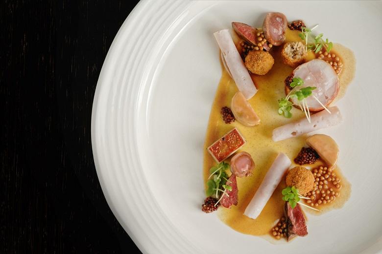 Hlavní chod: králík, hořčice, foie gras, bylinky
