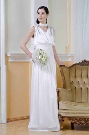 03ac06c177e Elegantní šaty s překládanou vodou a spodničkou. Velmi důmyslný střih šatů  pomůže zvětšit objem hrudníku a jednodušší tvar šatů ve spodní části šaty  ...