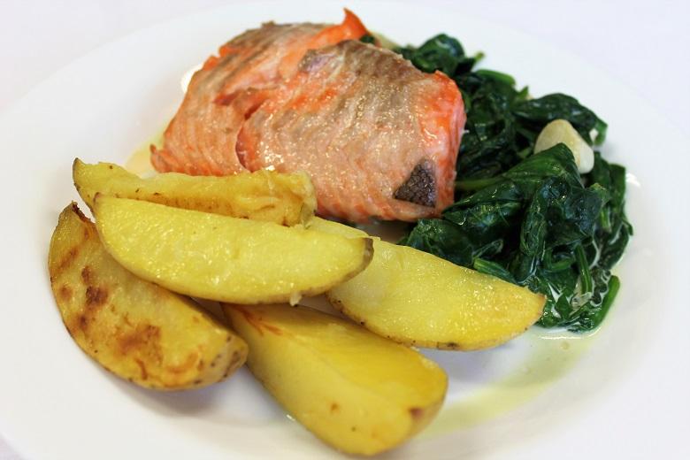 Listový špenát s lososem a pečenými bramborami