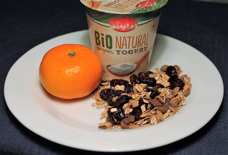 Bílý jogurt, müsli, mandarinka