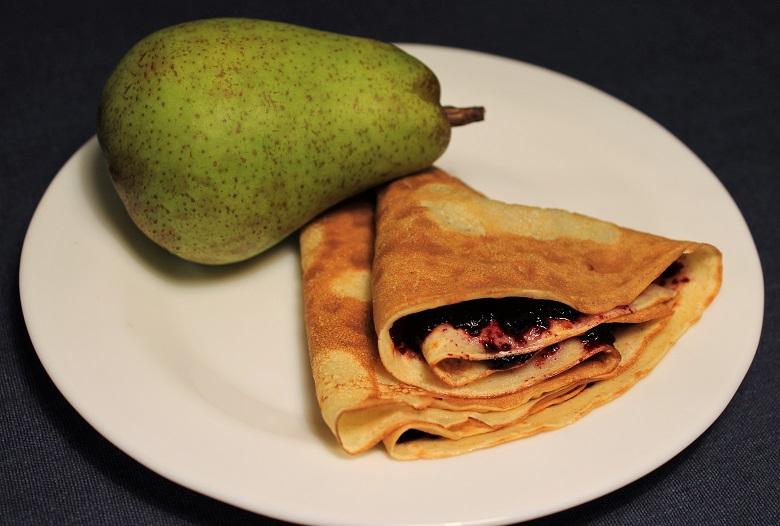 Celozrnná palačinka s domácím borůvkovou marmeládou (1 ks), hruška