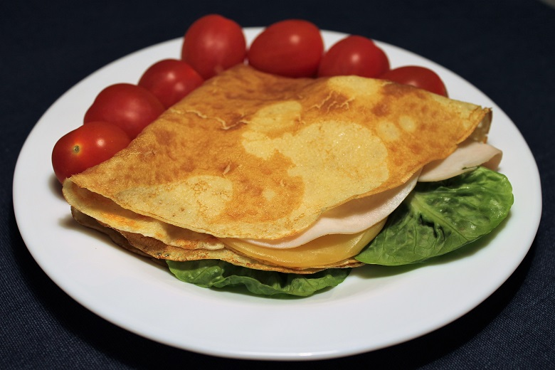 Špaldová palačinka se sýrem, šunkou, salátem (1 ks) a cherry rajčaty