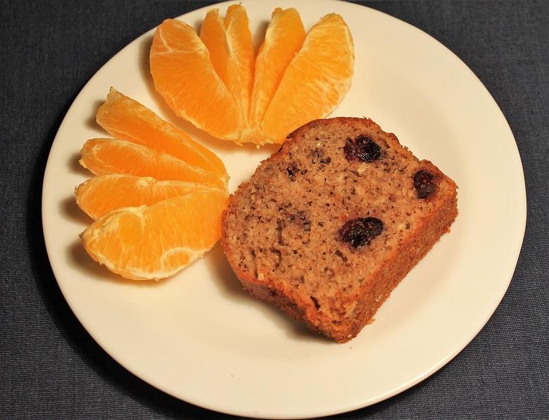 Žitno-pšeničný chlebíček s brusinkami a ořechy, pomeranč