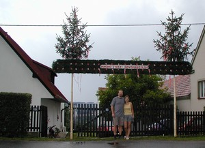 Brána novomanželům - staví kamarádi